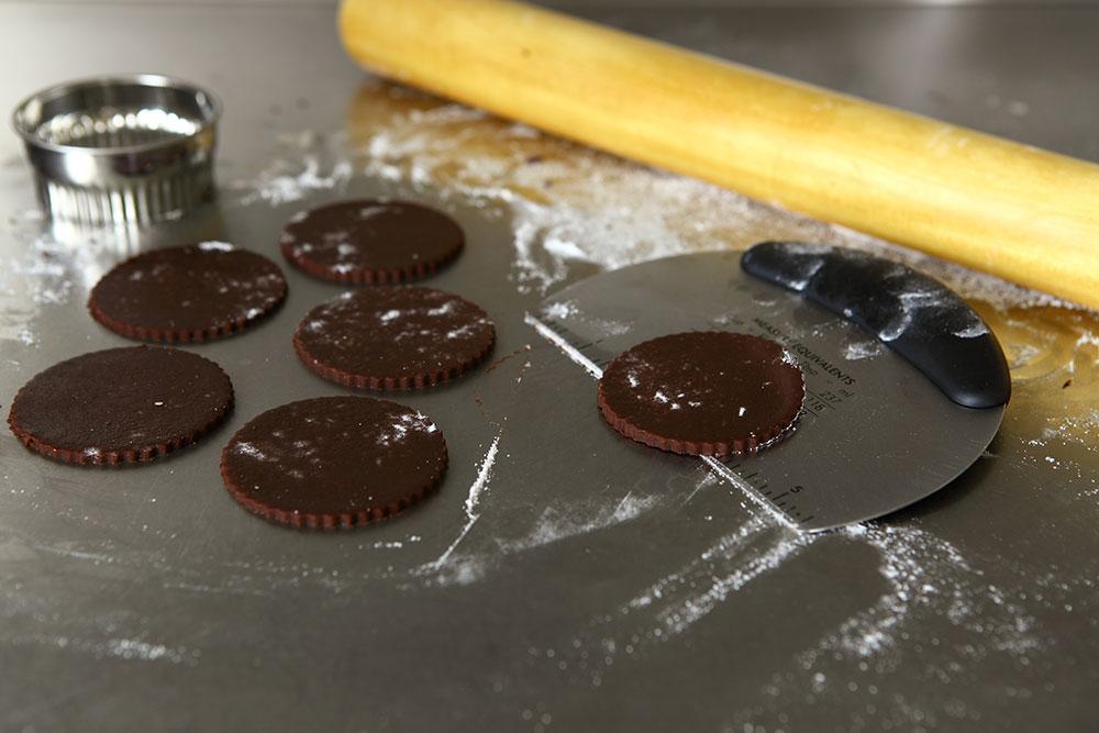 Kakao ve Karamelli Yılbaşı Kurabiyeleri Kesilmiş