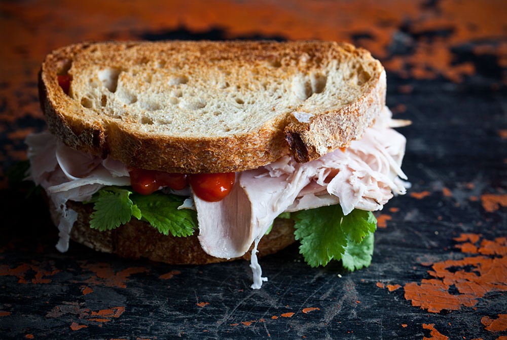 Kantin'in Ekşi Mayalı Ekmeğiyle Hindi Fümeli Sandviç